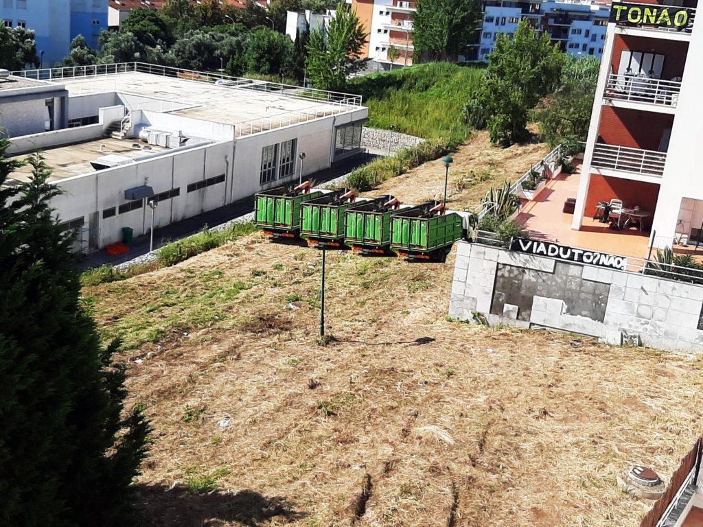 Montagem com 4 camiões para demonstrar que terreno é insuficiente para a construção da VLS