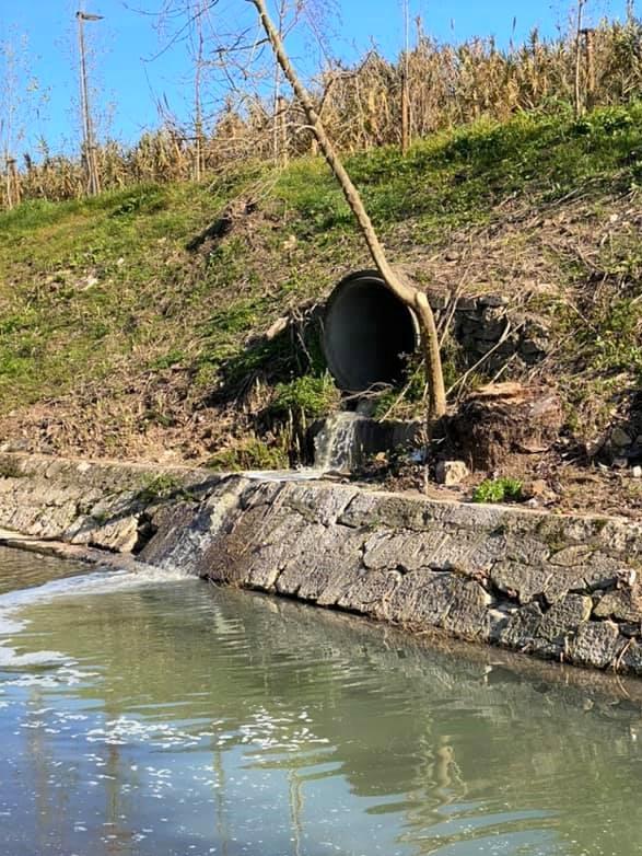 saída de esgoto para o rio Jamor